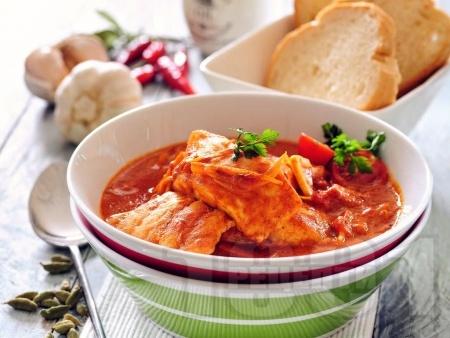 Лесна задушена бяла риба хек в доматен сос на котлон - снимка на рецептата